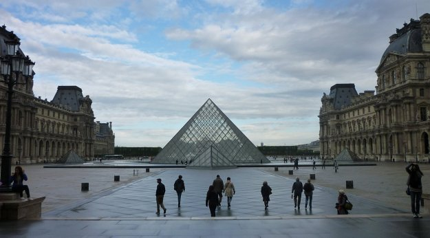 We avoided pickpockets at the Louvre by going early.  The day before we saw several pickpockets sussing us out nearby.